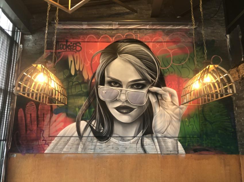 Graffiti muur in restaurant